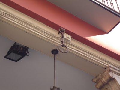 La argolla colgada de los soportales de la plaza del Ochavo recuerda el lugar del que pendió su cabeza. (Leyenda no del todo confirmada)