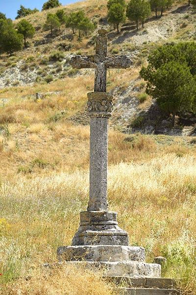 Imagen de la cruz del pelícano, junto a la alfarería de La Macetera, a la entrada de Arrabal.
