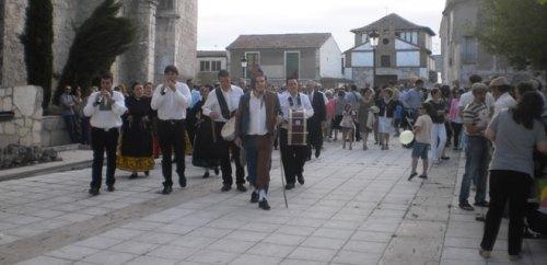 """Banda de música y """"Zarragona"""" en primer plano, a la salida del Cabildo."""