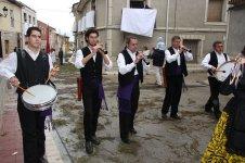 Grupo de dulzaineros amenizando la procesión.