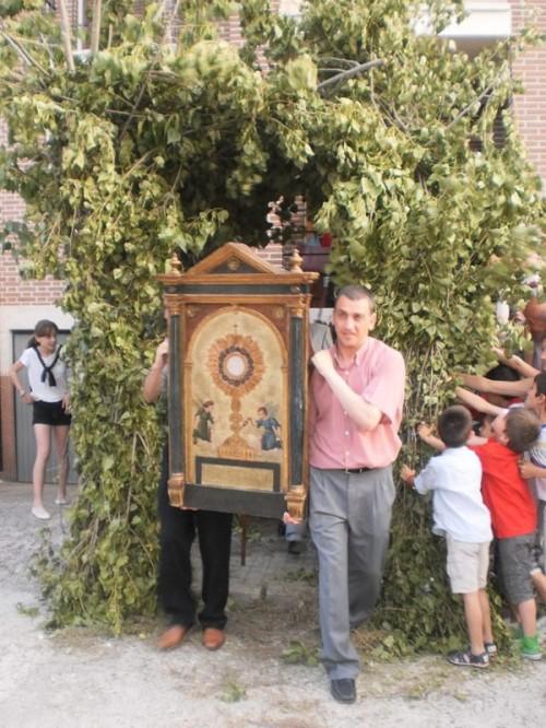"""Cambio de mayordomo. La imagen representa el inicio de la procesión de """"La Entrega"""", trasladándose el Santísimo a la casa del nuevo mayordomo."""