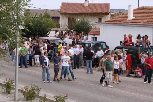 Gente esperando al encierro en la carretera de Segovia.