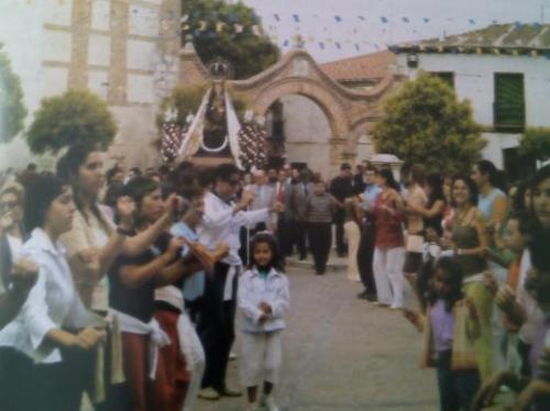 Imagen de la procesión del 8 de septiembre en la plaza de la villa.