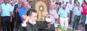 Cuadro del Santísimo, portado por dos cofrades, durante la procesión del Día de la Entrega.