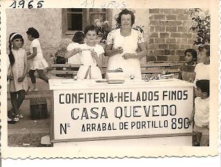 Señora Elena con su hija Tere en el puesto de helados. Año 1965. Foto capturada en el blog de David Frías.