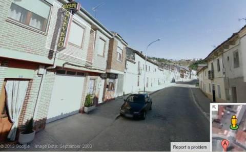 4.- Pasadas las cuatro calles y en dirección a la carretera. Este punto está junto al Mesón Quevedo.