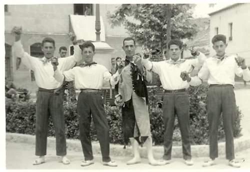 La zarragona (Esteban Garrote, en el centro) acompañado de dos danzantes a cada lado. Todos ellos jóvenes del pueblo.
