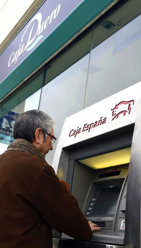 Cliente haciendo uso de uno d elos cajeros del  fraudulento Banco Ceiss