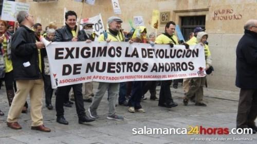 """Manifestación contra Banco Ceiss al grito de """"políticos y banqueros, ratas del mismo agujero"""""""
