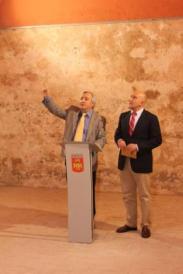 Momento de la inauguración tras la rehabilitación. En la foto: Pedro Alonso --alcalde de Portillo-- y Jesús Julio Carnero -presidente de la Diputación provincial de Valladolid--.