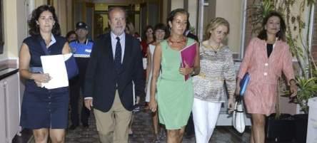 """El alcalde de Valladolid, Javier León de la Riva (2i), acompañado por las concejalas del PP, a su llegada al pleno municipal donde ha pedido """"disculpas""""."""