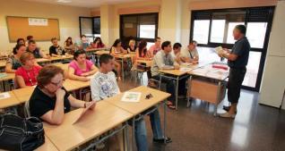 Alumnado adulto en clase. Sin duda, es la variante del sistema más abandona por la clase política.