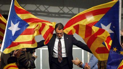 Arturo Mas entre banderas independentistas.