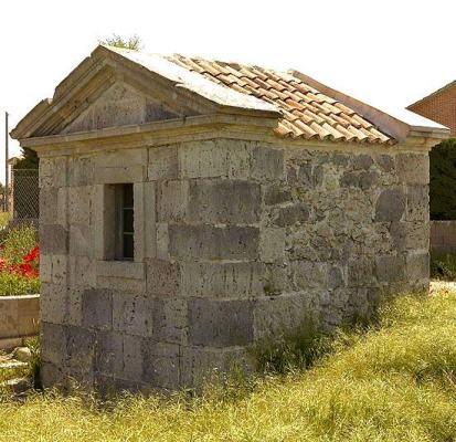 """Edificio de la """"Fuente Vieja"""", situada entre los terrenos de la piscina antigua y la carretera que va a la localidad de Iscar. Data del siglo XIX."""