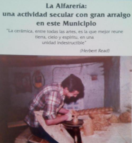 Salvador Ortega en el torno de su obrador. Imagen tomada del programa de fiestas de Portillo de 1990