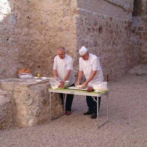 Los hermanos, Julio y Carlos, junto al castillo de Portillo.