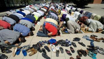 Rezos de musulmanes en el interior de una mezquita.