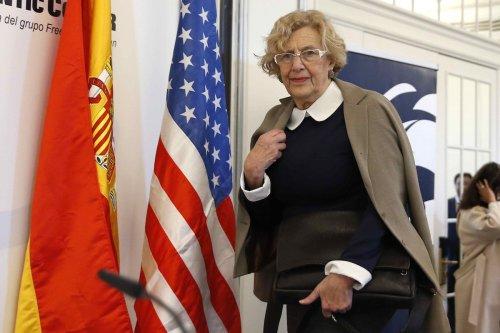 Manuela Carmena, mediocre alcaldesa madrileña con el apoyo socialista de Pedro Sánchez y el desorientado y despreciable, Carmona.