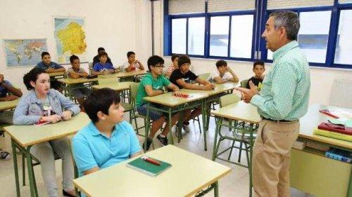 Alumnado atendiendo a la explicación del profesor.