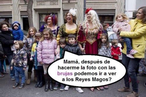 Niños y niñas visitando a las 'brujas' antes de acudir a visitar a los Reyes Magos.