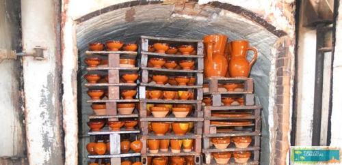 Vasijas apiladas dentro de una de las alfarerías de la localidad.