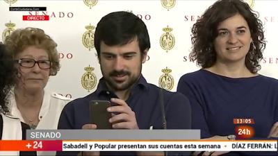 Ramón Espinar, en el centro, llamando subnormal a un periodista, sin saber que su cara le delata.