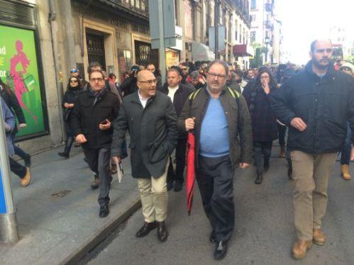 Javier Barbero, edil de Seguridad de Madrid acompañado educadamente por los manifestantes, pero en ningún momento acosado como él ha querido dar a entender, durante una  manifestación de policías