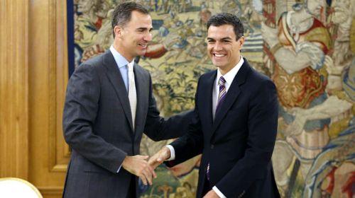 Felipe VI, a quien la corrupción le ha llegado hasta la misma puerta familiar, y Pedro Sánchez, díscolo socialista que huye de los ERE.