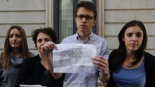 Podemitas mostrando el mapa con su ubicación en el Parlamento.