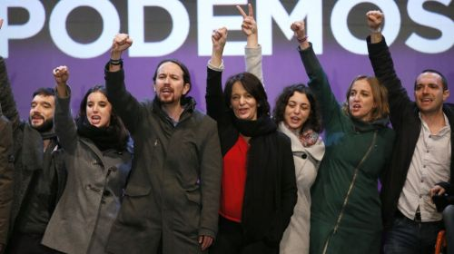 Podemitas haciendo el símbolo del odio, la represión y la muerte.