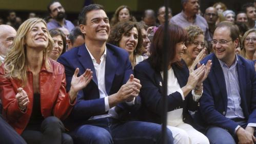 El matrimonio Sánchez rodeado de personajes políticos en un acto socialista.