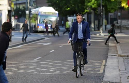 imagen de Oscar Puente en su primer día como alcalde. El segundo día guardó la bicicleta y ahora 'duerme' en el coche oficial.