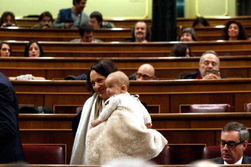 Postureo de Bescansa en el Congreso de los Diputados. Una imagen de desprecio a las madres de familia y de chulería, engreimiento y regodeo.