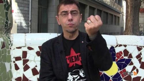 Juan Carlos Monedero con el puño cerrado, símbolo del odio, la muerte, la represión y la corrupción.