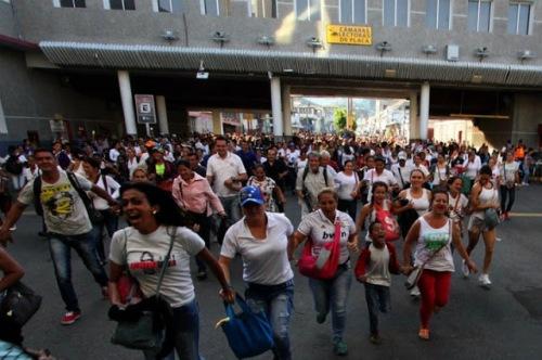 Venezolanos corriendo para poder comprar algunos productos que el sistema venezolano no puede aportarlos.