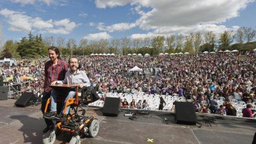 El líder de Podemos, Pablo Iglesias (i), y el secretario de Organización, Pablo Echenique, asisten a la clausura de la Fiesta de la Primavera, un encuentro de círculos de toda España, con actuaciones y actividades para toda la familia, abierto a la ciudadanía, en el parque Tierno Galván de Madrid. EFE/Javier Lizón