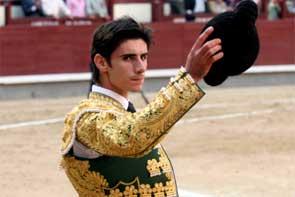 El torero Víctor Barrio en un brindis al público.