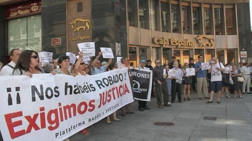 Protesta de los afectados por las preferentes de Caja España.