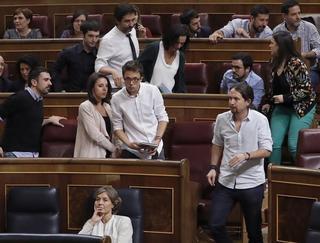 Grupo de 'Podemos' montando el acostumbrado numerito que demuestra su inmadurez, su culpabilidad y su torpeza parlamentaria.