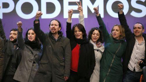 Podemitas levantando el puño del odio, la represión y la muerte.