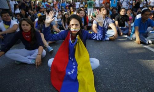 Manifestación de estudiantes contra las medidas de Nicolás Maduro.