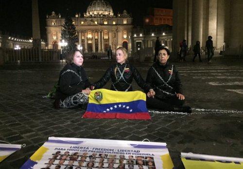 la esposa del dirigente Leopoldo López (Lilian Tintori), la esposa de Antonio Ledesma (Mitzy Capriles) y la madre de Leopoldo López (Antonieta de López) se han plantado en la Plaza San Pedro