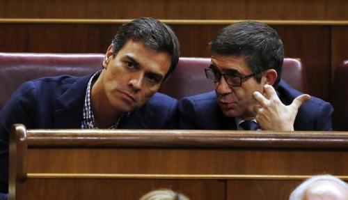 Pedro Sánchez y Patxi López, en el pleno de investidura de Rajoy el pasado octubre. ALBERTO DI LOLLI