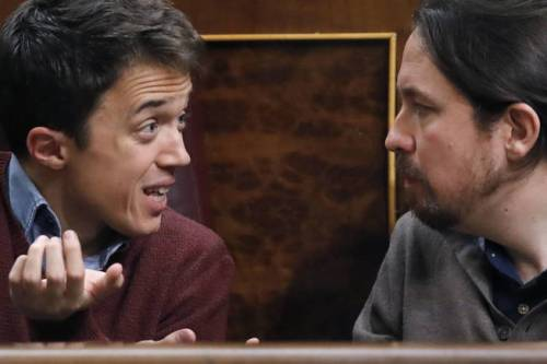 Los podemitas, Errejón e Iglesias, en plena discusión en el Congreso de los Diputados.