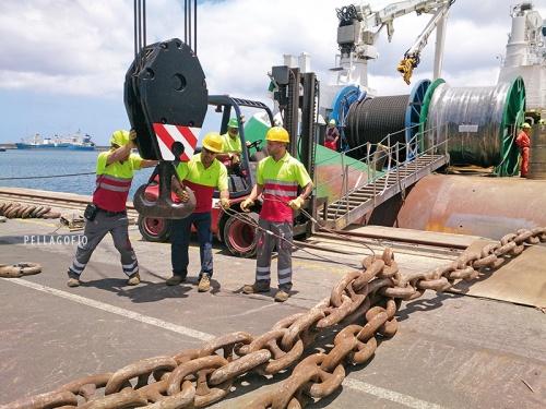 Estibadores cargando eslabones de cadenas para las plataformas petrolíferas.| FOTO JULIO QUINTANA